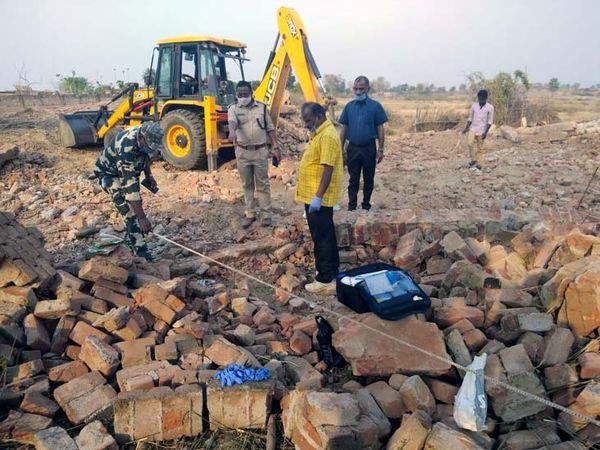 घटनास्थल पर जांच करती फॉरेंसिक की टीम। - Dainik Bhaskar