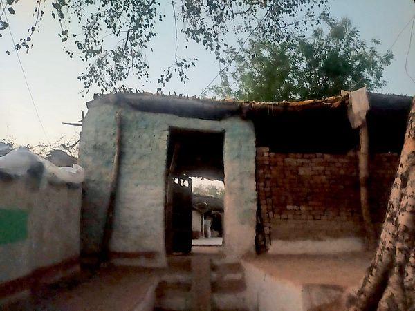 कुभंराज के ग्राम ककड़ीया कलां के इस घर में ही लड़के ने मां की मार-मारकर हत्या कर दी। - Dainik Bhaskar