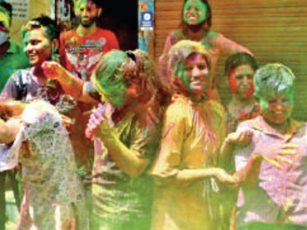 मनमानी भारी पड़ रही : प्रतिबंध के बाद भी सार्वजनिक होली - Dainik Bhaskar