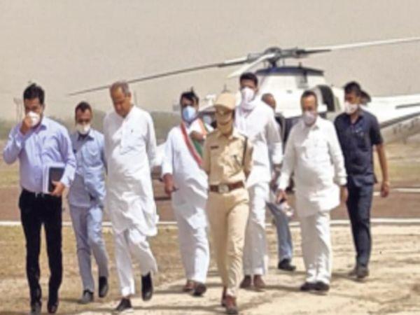 जसवंतगढ़ में हेलीपैड पर सीएम गहलाेत, पायलट, डाेटासरा व माकन। - Dainik Bhaskar