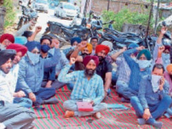 मालमंडी बिजलीघर में पुलिस के खिलाफ नारे लगाते पावरकाॅम कर्मचारी। - Dainik Bhaskar