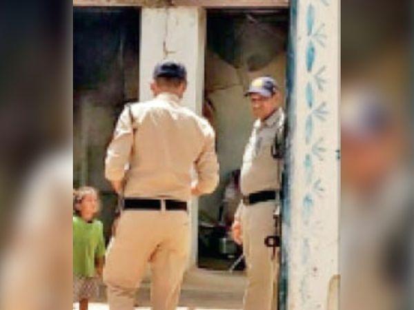 बल्देवगढ़ घटनास्थल पर मौका मुआयना करने पहुंची पुलिस। - Dainik Bhaskar
