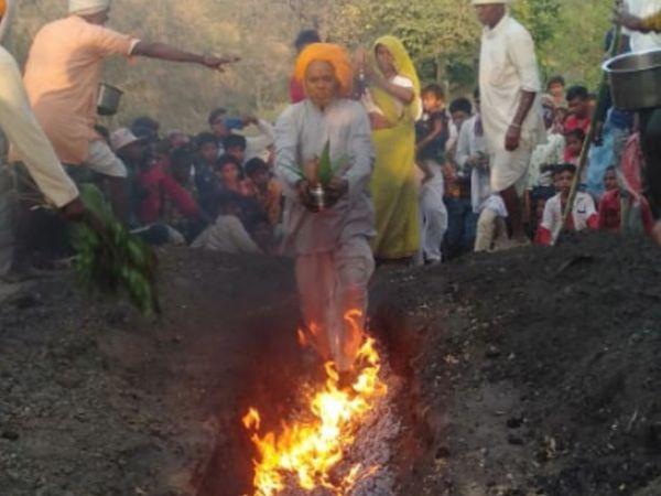 पंथ बोराली में दहकती चूल पर चलते मन्नतधारी। - Dainik Bhaskar