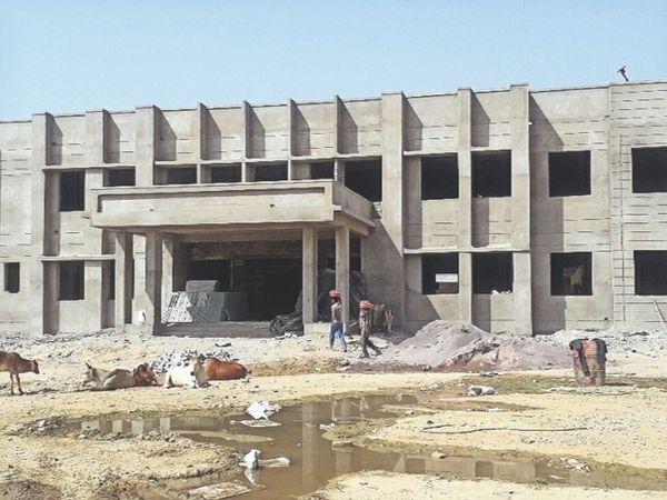 रावतभाटा, निर्माणाधीन सरकारी कॉलेज, जो 30 अप्रैल तक पूरा होगा। नया शिक्षा सत्र इसी भवन में शुरू होगा। - Dainik Bhaskar
