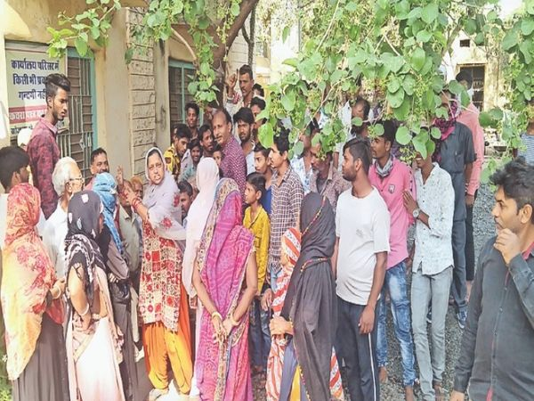 सुकेत, पानी की समस्या को लेकर कार्यालय में हंगामा करते बाशिंदे। कई दिनों तक विभाग की लाइन में पानी सप्लाई नहीं होने से घरों में पानी नहीं पहुंच पाया, इससे लोग नाराज हैं। - Dainik Bhaskar