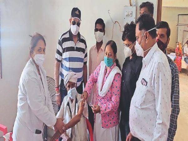 रावतभाटा, वैक्सीनेशन में भैंसरोडगढ़ उप स्वास्थ्य केंद्र पर वृद्ध पुरुष टीकाकरण कराते हुए। मौजूद उपखंड अधिकारी एवं ब्लॉक सीएमओ। - Dainik Bhaskar