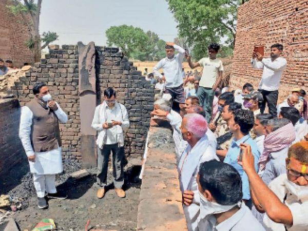 रुदावल। गांव तेहरा ब्राह्मण में घटना की जानकारी लेते नदबई विधायक जोगेन्दर सिंह अवाना। - Dainik Bhaskar