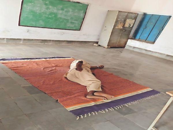स्कूल में सोते गुरुजी। - Dainik Bhaskar