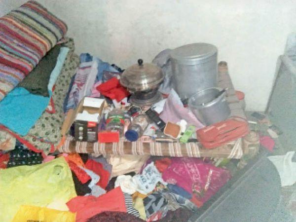 हरजी. घर चोरी के बाद बिखरा पड़ा सामान। - Dainik Bhaskar