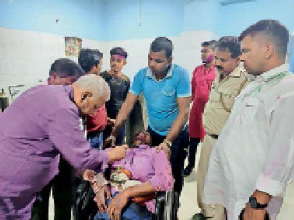 मंगलवार को गोली से जख्मी का इलाज करते डॉक्टर। - Dainik Bhaskar