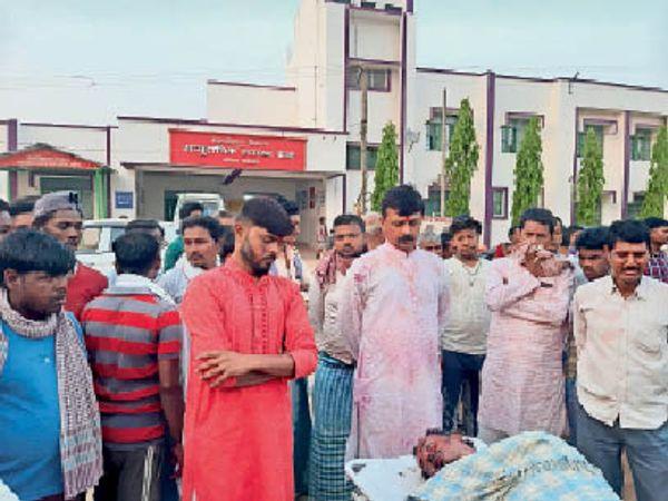 मृतक को देखने पहुंचे लोग, घटना के बाद पूछताछ करते थानाध्यक्ष। - Dainik Bhaskar