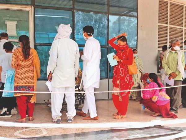 पीजीआई में कोरोना टेस्ट कराने के लिए लगी लोगों की भीड़। - Dainik Bhaskar