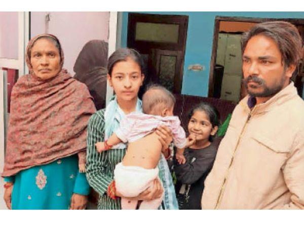नारायणगढ़    बंदर द्वारा उठा ले जाने की जानकारी देता परिवार - Dainik Bhaskar