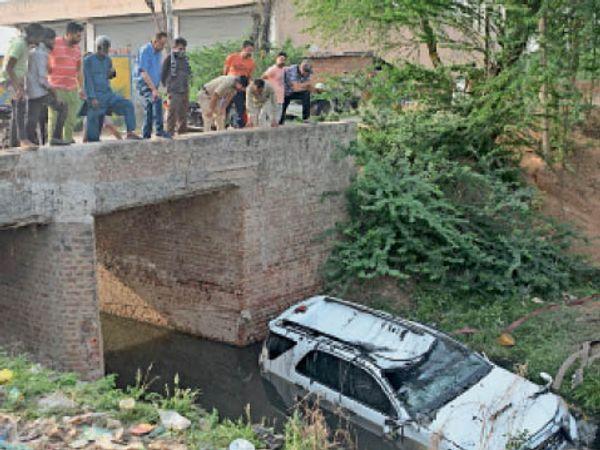 अम्बाला सिटी   नाले में गिरी फाॅरच्यूनर गाड़ी काे देखते लाेग। - Dainik Bhaskar