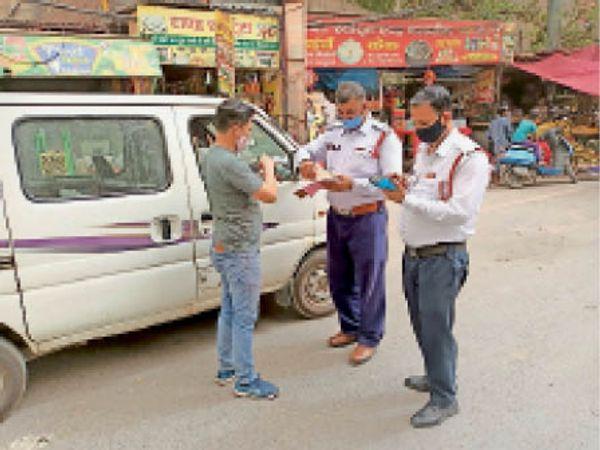 मास्क व वाहनों के कागजातों की जांच करते हुए ट्रैफिक पुलिस। - Dainik Bhaskar