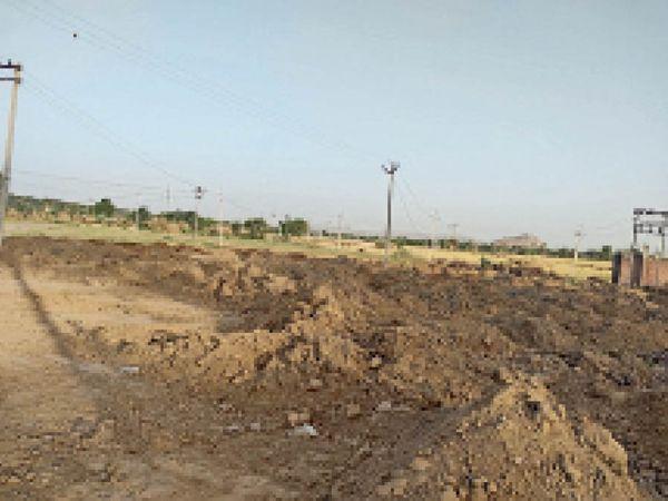 खरीद केंद्र पर लगे मिट्टी के ढेेर। - Dainik Bhaskar