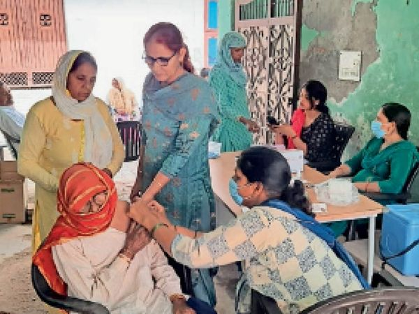 आर्य नगर में लगाए वैक्सीनेशन कैंप में टीका लगाती नर्स। - Dainik Bhaskar