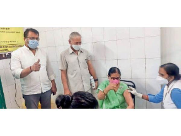 कोरोना को मात देने वाली हिसार की पहली महिला बिमला ने सिविल अस्पताल में अपने पति के साथ कोरोना से बचाव का टीका लगवाया। इस मौके पर डॉ. रमेश पूनिया भी मौजूद रहे। - Dainik Bhaskar