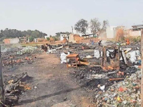 आग लगने के बाद जला हुआ सामान। - Dainik Bhaskar