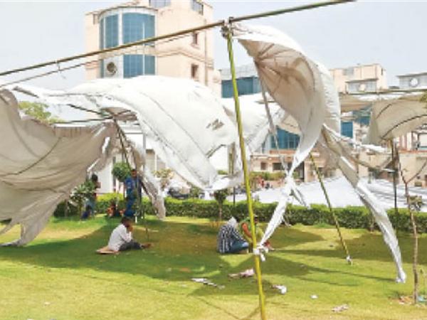 पीजीआई में धूप से बचने के लिए लगाया टेंट तेज हवा में फट गया। - Dainik Bhaskar