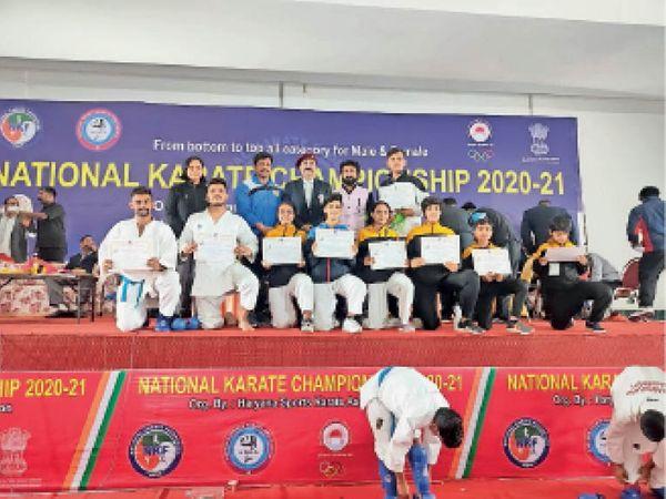 बांसवाड़ा. एनकेएफ राष्ट्रीय कराटे प्रतियोगिता में सम्मानित प्रतिभाएं। - Dainik Bhaskar