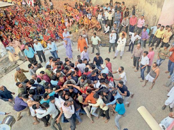 नौगामा में धुलंडी के दिन गढ़भेद कर शक्ति प्रदर्शन करते युवा और फाग गीत गाते ग्रामीण। - Dainik Bhaskar