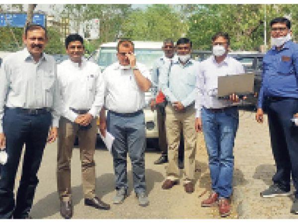 शहर में ड्राइव टेस्ट करती बीएसएलएन की टीम। - Dainik Bhaskar
