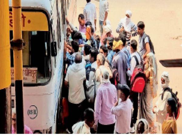 भरतपुर. बस में चढ़ने के लिए लगी यात्रियों की भीड़। - Dainik Bhaskar