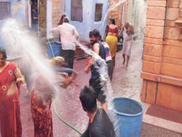 गुंगसा की गली में देवर और भाभी के बीच खेली जा रही कोडा मार होली। - Dainik Bhaskar