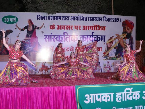 फोटो इंदिरा वाटिका का है। राजस्थान दिवस के मौके पर मंगलवार शाम यहां सांस्कृतिक कार्यक्रम का आयोजन किया गया। खास बात यह रही कि हर कार्यक्रम में राजस्थान की झलक दिखी और लोग इनमें राजस्थानी संस्कृति, परंपरा, गायन व इसके गाैरवशाली इतिहास से रूबरू हुए। कार्यक्रम में कोरोना गाइडलाइन का पालन भी बखूबी किया गया। - Dainik Bhaskar