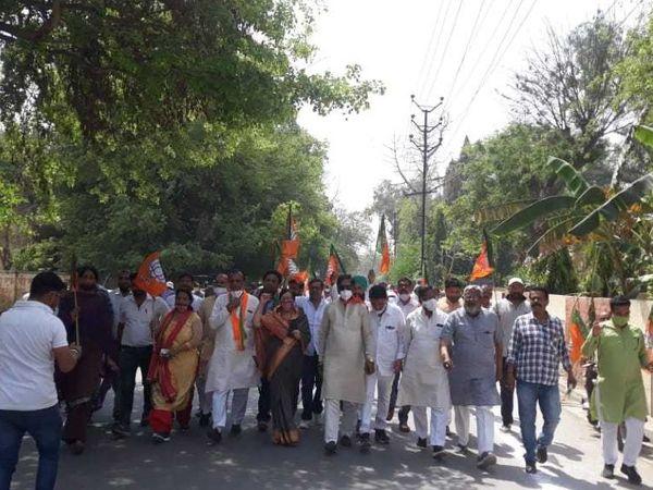 श्रीगंगानगर। विधायक अरुण नारंग से मारपीट करने के विरोध में प्रदर्शन करते भाजपाई। - Dainik Bhaskar