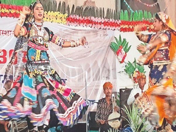 नागौर, राजस्थान दिवस पर गांधी चौक में कार्यक्रम के दौरान नृत्य करती बालिका। - Dainik Bhaskar