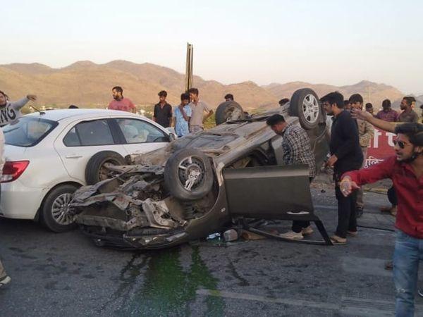 टनल के पास हादसे में पलटी कार। लोगों ने घायलों को अस्पताल पहुंचाया। - Dainik Bhaskar