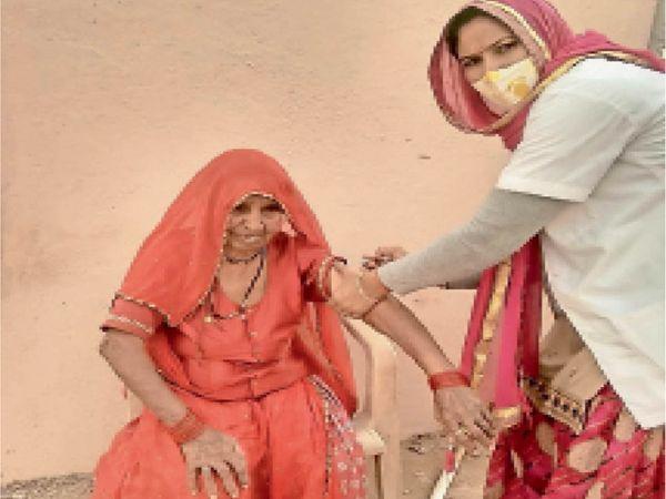 बुजुर्गों में टीके को लेकर उत्साह - Dainik Bhaskar
