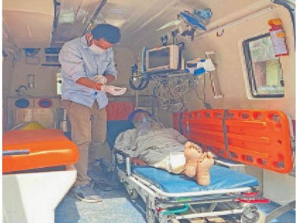 मरीज को लेकर सिविल अस्पताल से अमृतसर मेडिकल कॉलेज जाते हुए। - Dainik Bhaskar