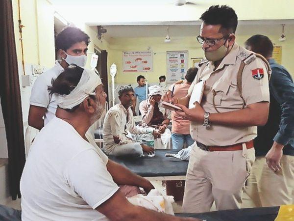तिजारा, झगड़े मेें घायल लोगों से अस्पताल में जानकारी लेते थानाधिकारी। - Dainik Bhaskar