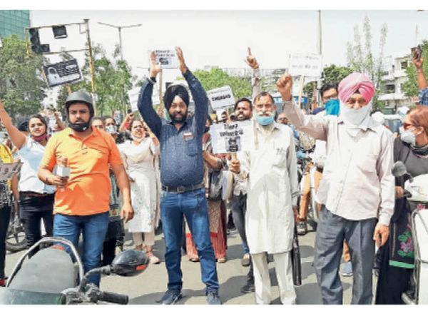 निजी स्कूलों के खिलाफ रैली निकालते अभिभावक। - Dainik Bhaskar