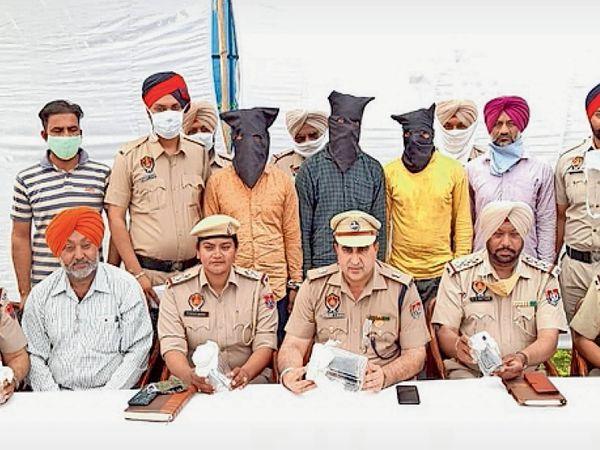 पुलिस अधिकारी मामले की जानकारी देते हुए। - Dainik Bhaskar