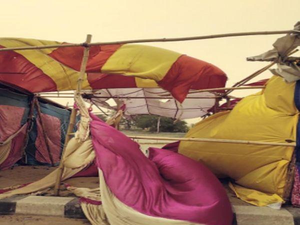 मंगलवार को अंधड़ में उड़े आंदोलनकारी किसानों के तंबू व पांडाल। - Dainik Bhaskar