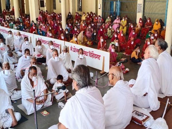 चित्ताैड़। खातर महल में होली चतुर्मास की धर्मसभा को संबोधित करते प्रवर्तक विजय मुनि और अन्य संत साध्वी। - Dainik Bhaskar