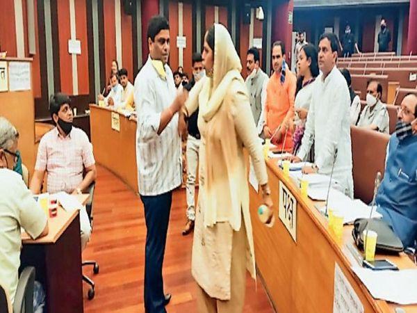 आप पार्टी की पार्षद गुड्डी देवी ने सदन में किया हंगामा - Dainik Bhaskar