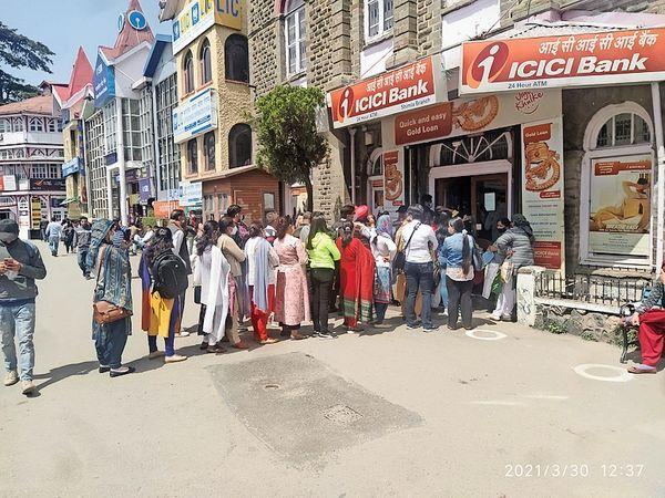 मंगलवार को बैंकों में रही भीड़, बाहर तक कतार - Dainik Bhaskar