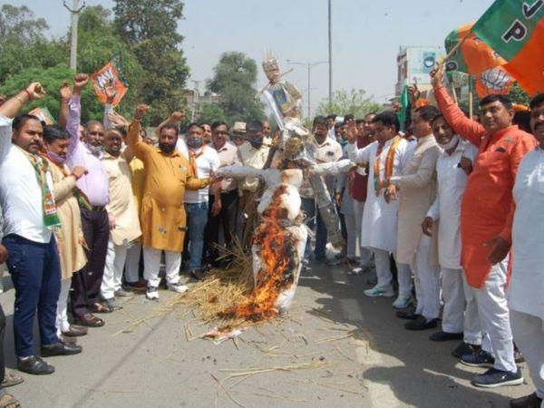 बराड़ा में पंजाब के सीएम का पुतला फूंकते भाजपा कार्यकर्ता। - Dainik Bhaskar