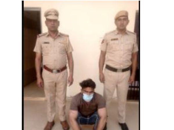 सीआईए स्टाफ की गिरफ्त में आरोपी राकेश कुमार। - Dainik Bhaskar