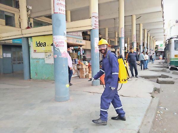 हमीरपुर में कोविड-19 को देखते हुए जिला प्रशासन एहतियाती कदम उठा रहा है। शहर में स्थित विभिन्न बैंकों के एटीएम, मुख्य सड़कों के किनारे बनी नालियों, बस स्टैंड सहित सार्वजनिक स्थलों को सैनिटाइज किया जा रहा है। - Dainik Bhaskar