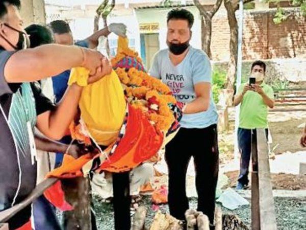 प्रोटोकॉल के तहत किसी भी कोविड पेशेंट का अंतिम संस्कार पीपीई किट और ग्लव्स पहनकर ही किया जा सकता है, लेकिन लोग प्रोटोकाॅल भुलाकर अंतिम संस्कार कर रहे हैं। - Dainik Bhaskar