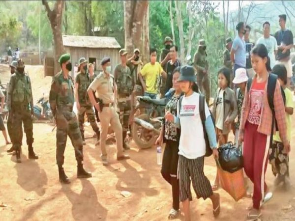 मणिपुर के मानवाधिकार वर्कर बबलू लोइटोंगबाम बताते हैं कि मणिपुर में ऐसे करीब एक हजार शरणार्थी पहुंच चुके हैं। इनमें फायरिंग में जख्मी लोग भी हैं, जिनका यहां इलाज चल रहा है। - Dainik Bhaskar