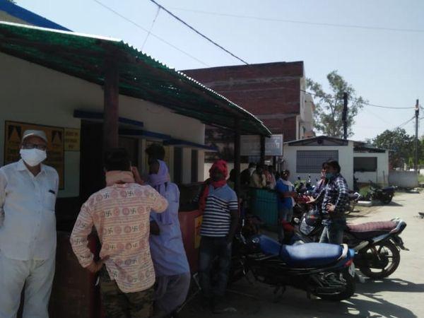 जिला अस्पताल के मर्चुरी में लगी भीड़ - Dainik Bhaskar
