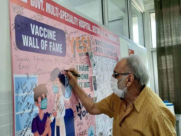 शहर में वैक्सीनेशन की डोज लेने के बाद लोग वैक्सीन वॉल ऑफ फेम पर अपने विचार लिख रहे। फाइल फोटो - Dainik Bhaskar