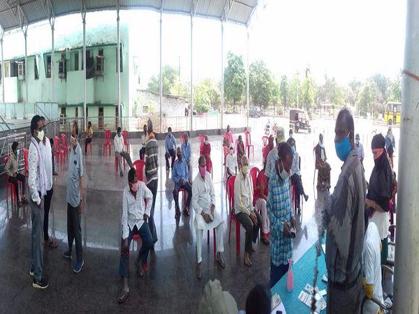 भिलाई-दुर्ग में सेंटर पर टीका लगवाने के लिए अपनी बारी का इंतजार करते लोग।